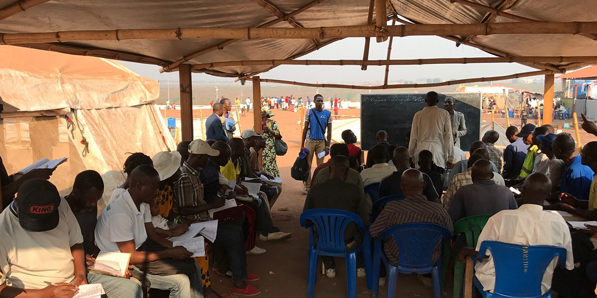 Des étudiants adultes assistent à un cours dans un camp en dehors de la ville de Dundo, Lunda Norte (JRS)