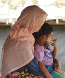 Une mère rohingya étreint sa fille dans le camp Kutupatong à Cox's Bazar, au Bangladesh.