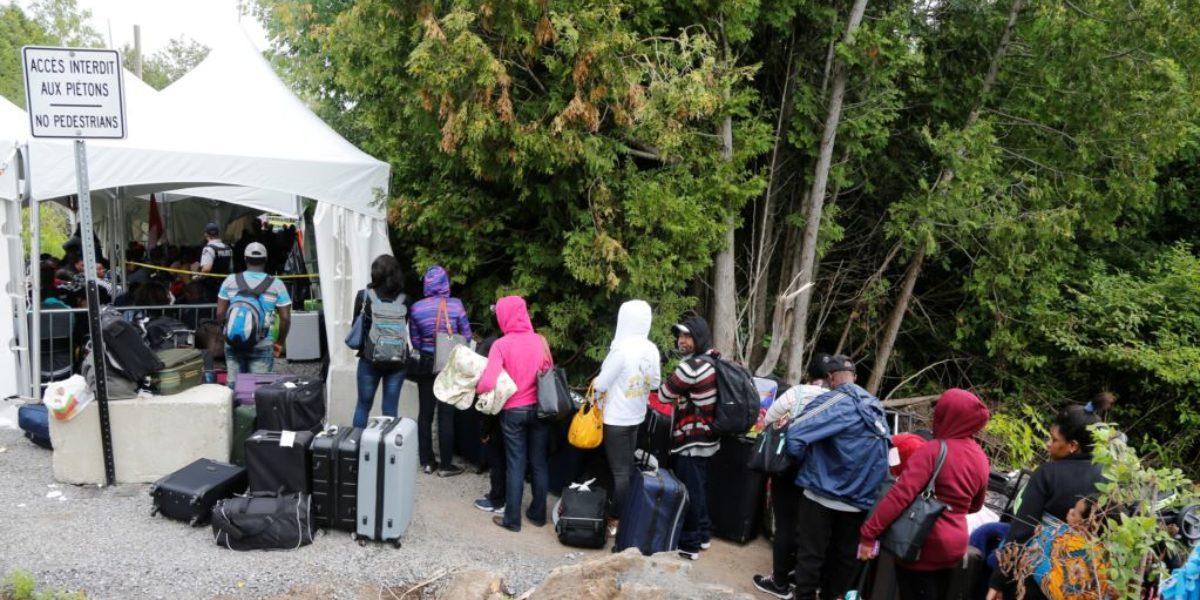 Une file de demandeurs d'asile qui disent venir d' Haïti; ils entrent au Canada par Roxham Road à Camplain, New-York.