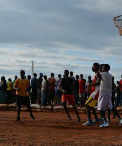 Des réfugiés jouent au basket dans le camp pour réfugiés de Dzaleka