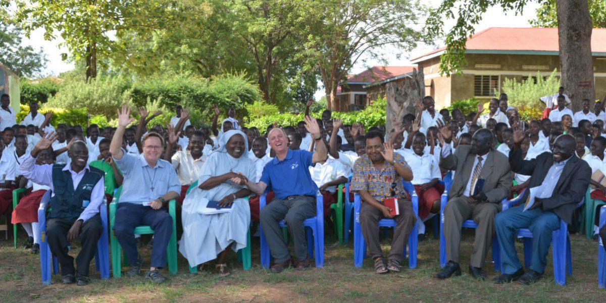 Le directeur international de JRS, Père Thomas H Smolich SJ, rend visite à Ste Mary Assumpta où le JRS fournit différents types de soutien, comme des bourses, la formation d'enseignants et du matériel scolaire (JRS).