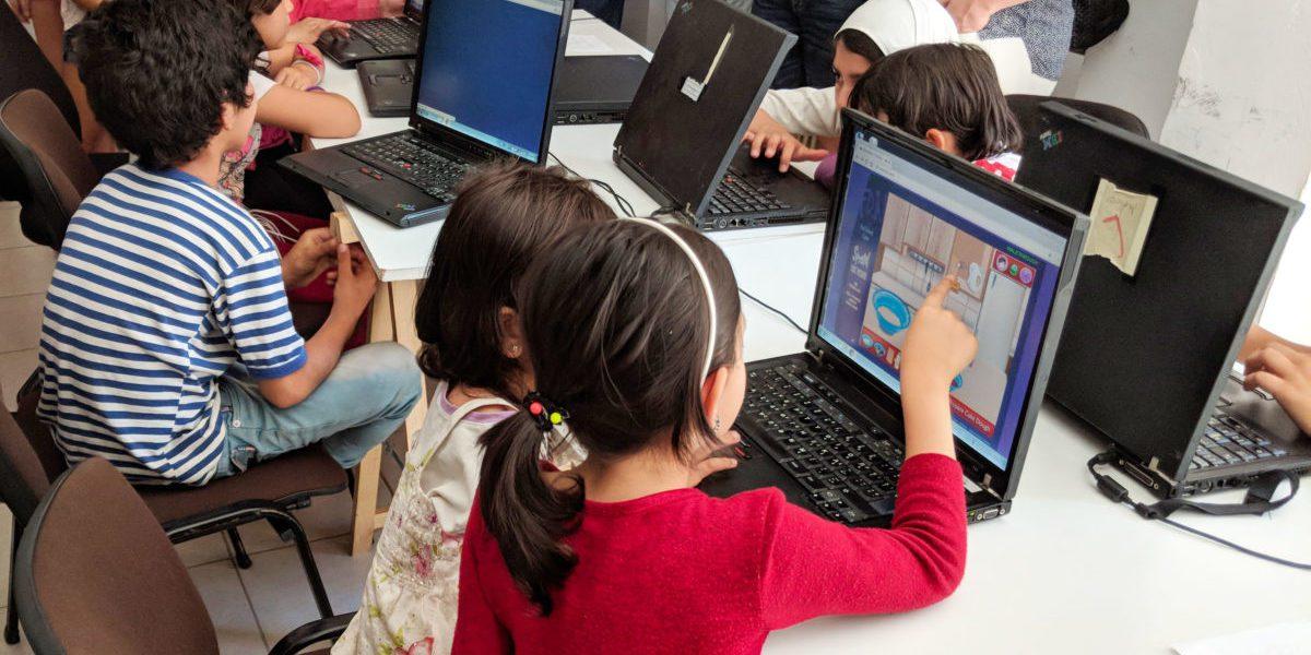 Des enfants participent à des cours d'informatique gérés par JRS Grèce.