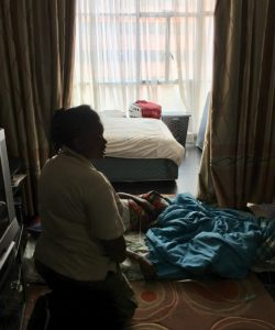 Un membre de l'équipe JRS aide des personnes déplacées ayant des problèmes de santé.