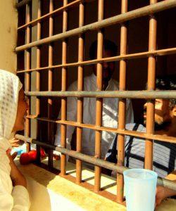 Un membre de l'équipe JRS rend visite aux personnes détenues