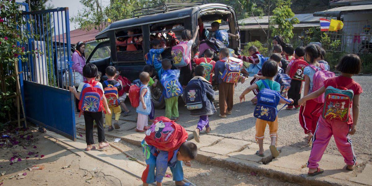 JRS fournit le transport d'enfants préscolaires vers le camp de réfugiés Krung Jor Shan, foyer des populations de tribu Shan qui ont fui des conflits au Myanmar (Magis Production)