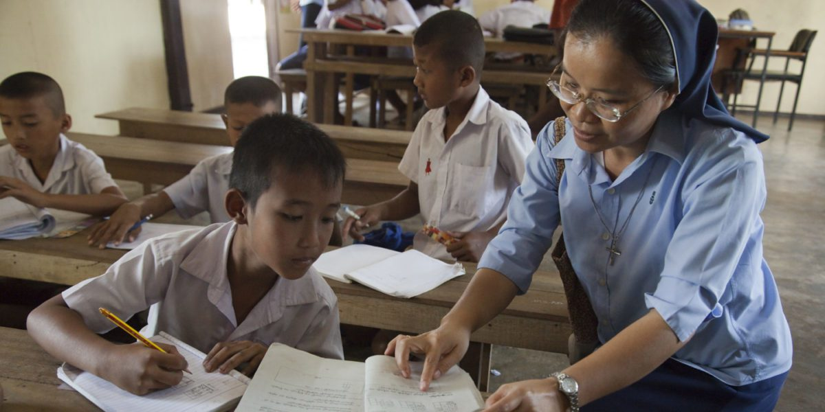 Des enfants birmans étudient le birman, le thaïlandais et l'anglais au centre de formation de JRS à Ranong pour s'adapter au système scolaire thaïlandais (Magis Production)