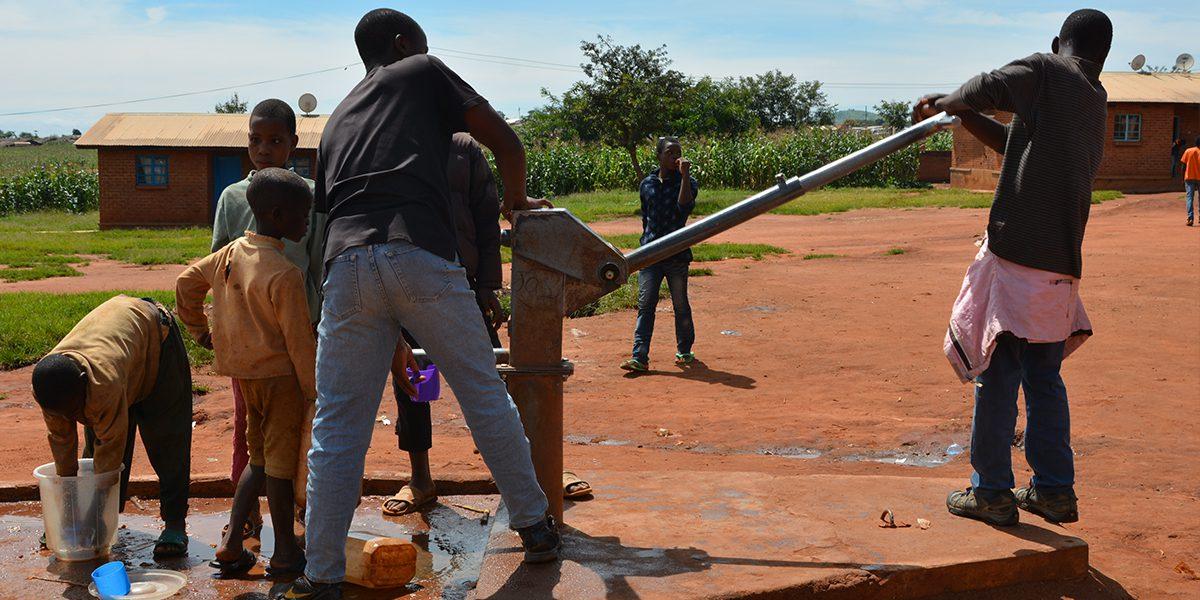 Pompant l'eau d'un puits dans le camp de réfugiés de Dzaleka