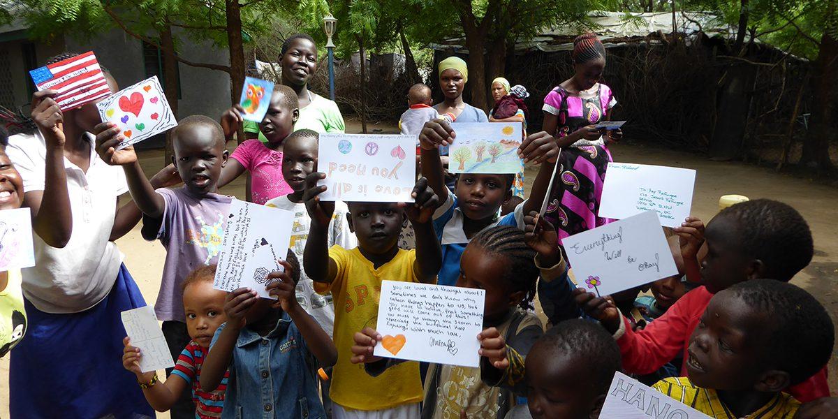 Un groupe d'enfants reçoit de belles cartes' d'enfants des Etats-Unis dans le cadre du projet « Any Refugee » (JRS)