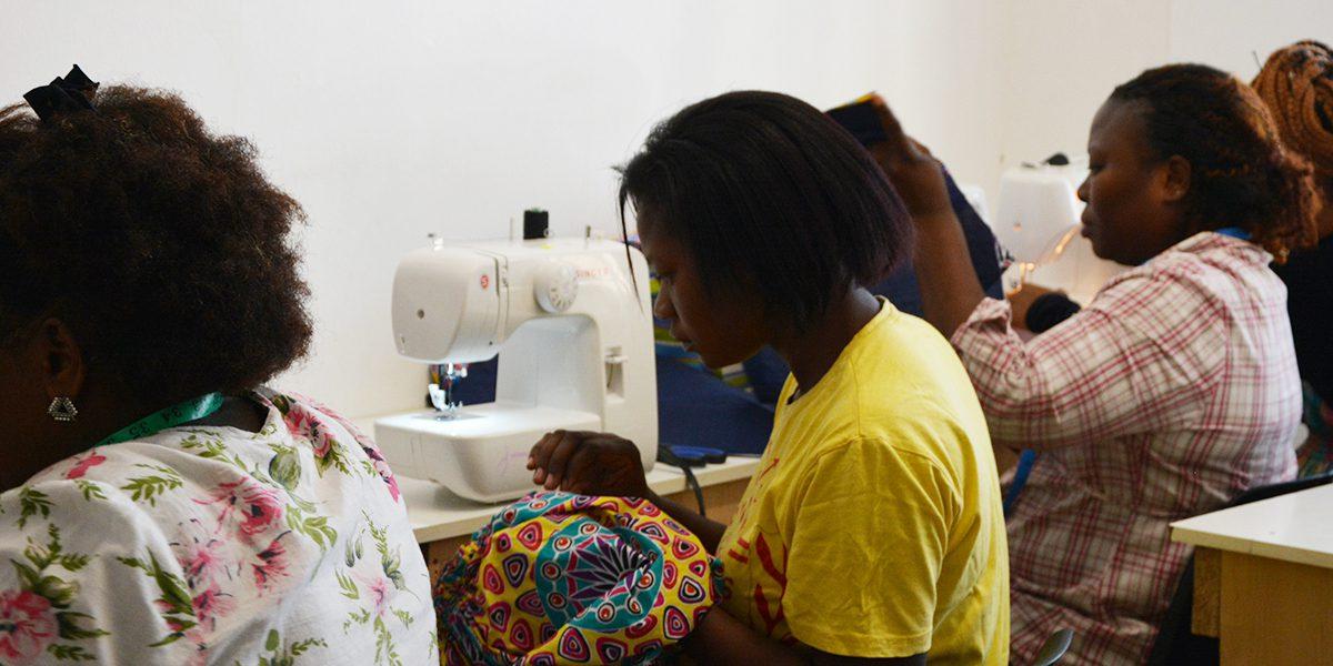 Des femmes cousent des vêtements et d'autres choses au Centre Arrupe d'Afrique du Sud (JRS)