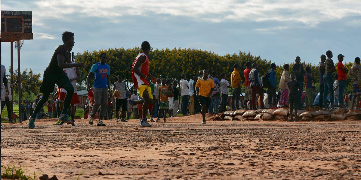 Des réfugiés jouent au basket au camp de réfugiés Dzaleka (JRS)