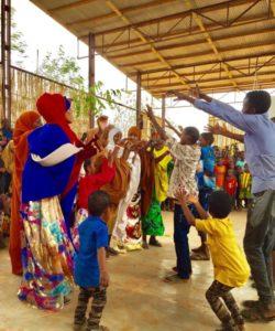 Des réfugiés somaliens exécutent des danses traditionnelles dans le camp Dolto Ado, en Ethiopie.