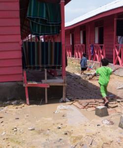Des enfants rohingya courent dans le camp Kuala Langsa à Aceh, en Indonésie.