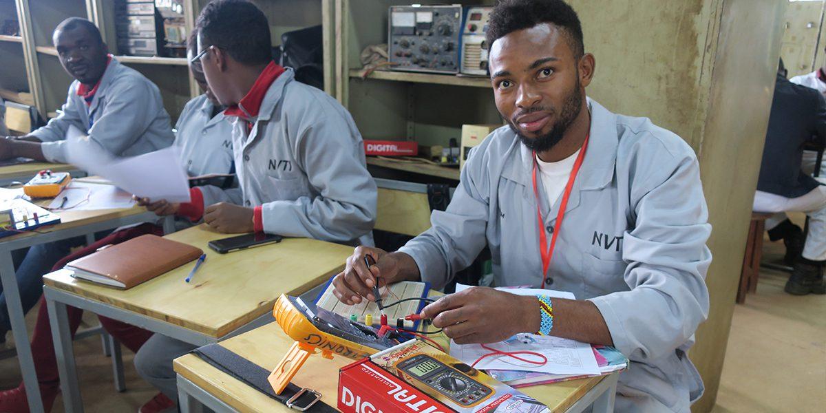Le cours d'électronique fait partie des programmes d'éducation professionnelle à Kampala, créés en partenariat avec l'institut technique : les étudiants apprennent l'électronique pour réparer des téléphones, des télévisions ou des radios (JRS)