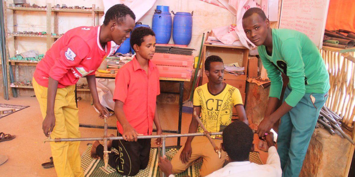 Des réfugiés somaliens apprennent la plomberie, formation faisant partie du projet de JRS en moyens de subsistance dans le camp de réfugiés Melkadida. Quelques diplômés sont allés travailler pour des ONG ou des entreprises dans la communauté (JRS)