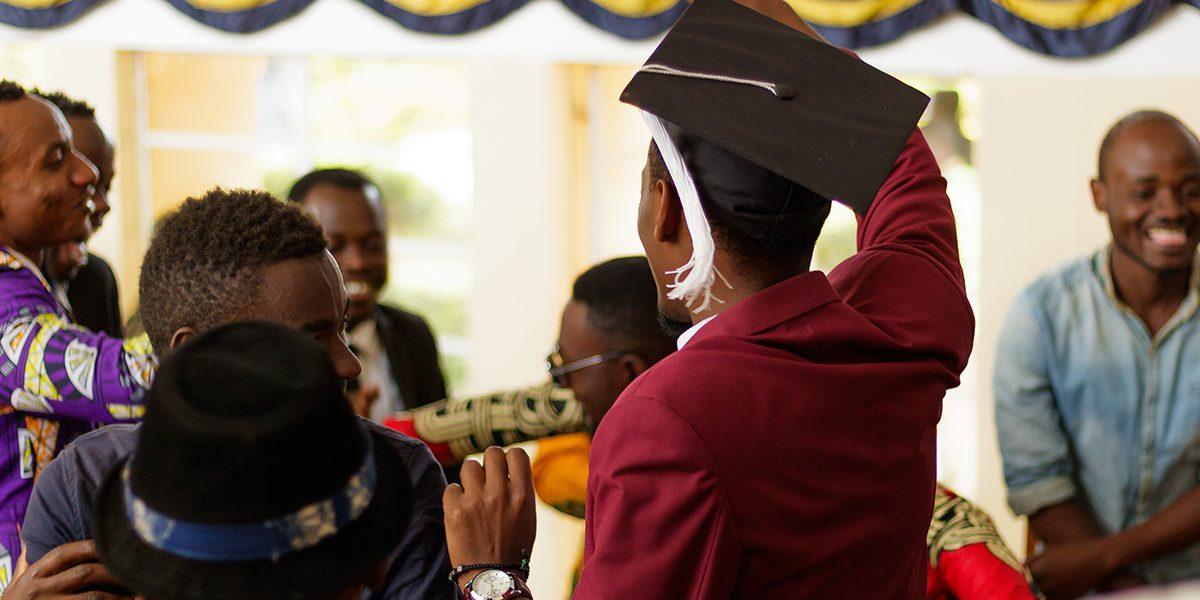 Des étudiants fêtent leur obtention de diplôme du programme HEM géré par JRS (Garrett Berghoff/JRS)
