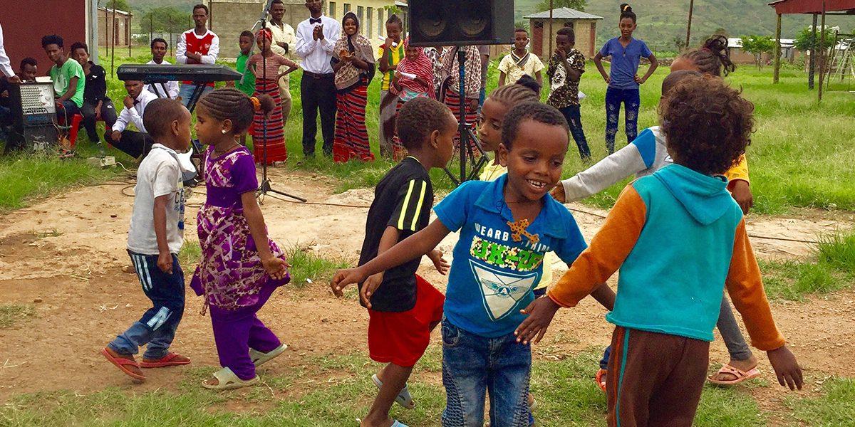 Des enfants du camp Adi-Harush présentent à la communauté ce qu'ils ont appris pendant la semaine (les présentations hebdomadaires comprennent : danse, poésie, musique, réflexion, etc.)