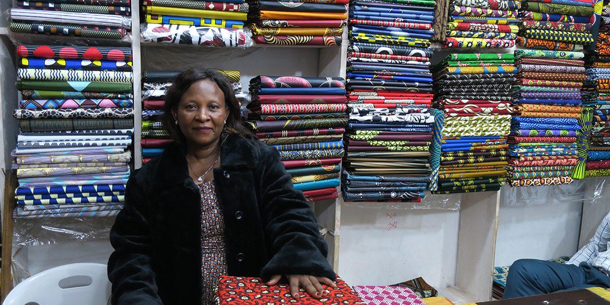 Janette dans son magasin de textiles en Ouganda (JRS)
