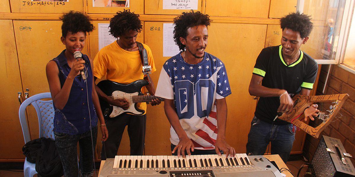 Cours de musique au Centre de JRS au camp de réfugiés Mai Aini (JRS)