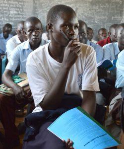 Des étudiants suivent des cours à l'école secondaire de Pagirinya pour réfugiés et habitants locaux, à Adjumani, dans le nord de l'Ouganda.