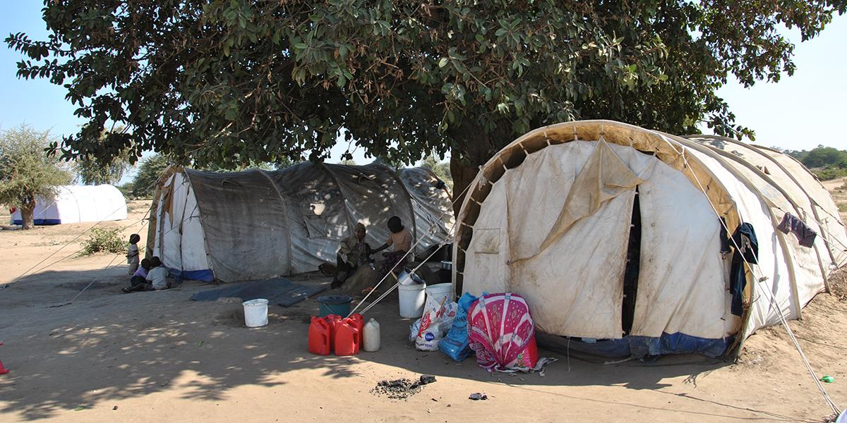 Des réfugiés près des tentes dans le camp de Tongogara (JRS)