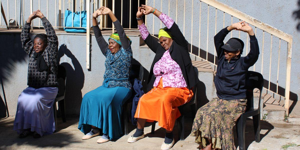Des femmes, inscrites dans le programme pour personnes âgées de JRS Afrique du Sud, pratiquent le yoga (JRS)