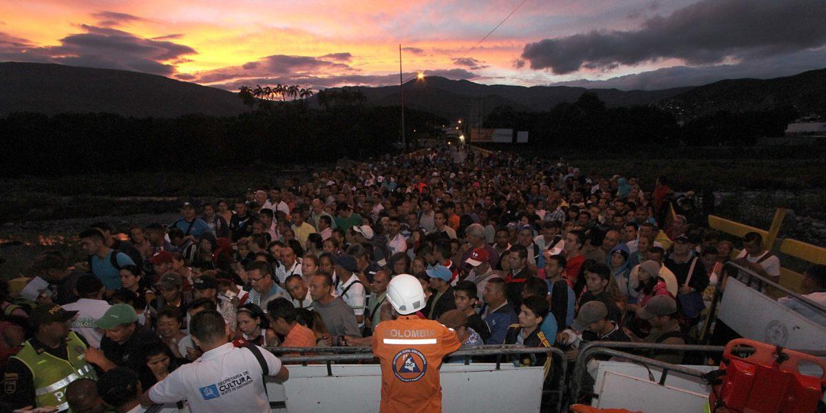 Des personnes traversent la frontière entre le Venezuela et la Colombie.