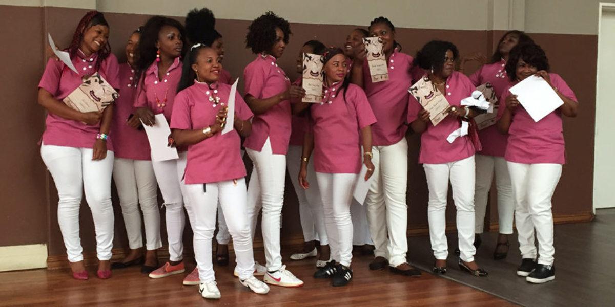 Des diplômés du cours de cosmétologie à JRS Afrique du Sud, fêtent au Centre Arrupe (Service Jésuite des Réfugiés)