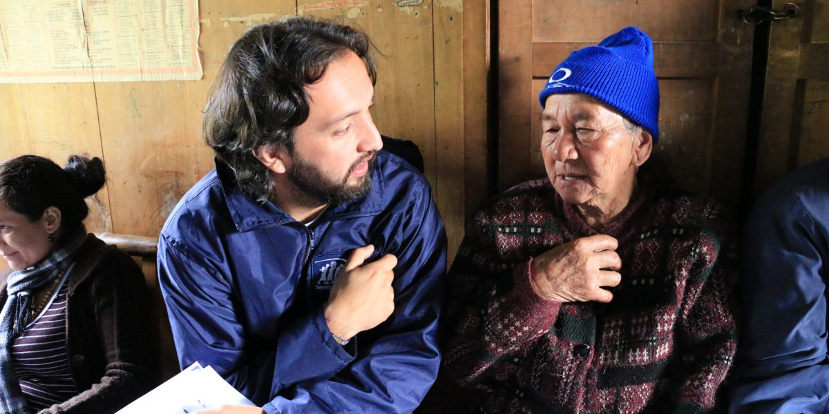 Un membre du personnel de JRS parle avec un bénéficiaire à la frontière entre le Venezuela et la Colombie.