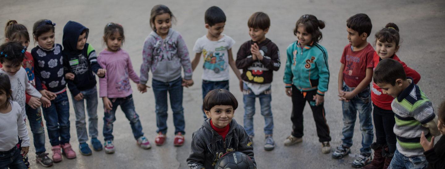 Enfants réfugiés jouant dans une école du JRS au Liban. (Kristóf Hölvényi/Jesuit Refugee Service)